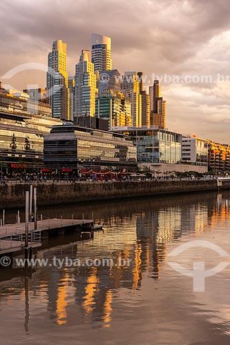 Vista de edifícios modernos e arranha-céus em Puerto Madero ao pôr do sol  - Buenos Aires - Província de Buenos Aires - Argentina