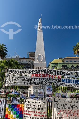 Faixas de protesto na Praça de Maio (Plaza de Mayo)  - Buenos Aires - Província de Buenos Aires - Argentina