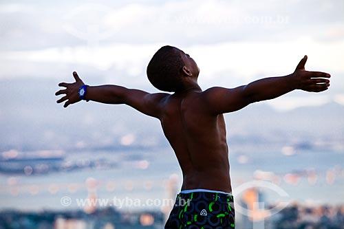 Homem de braços abertos no Morro dos Prazeres  - Rio de Janeiro - Rio de Janeiro (RJ) - Brasil