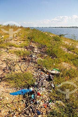 Restos de plástico trazidos por enchentes em praia fluvial na margem direita do Rio Tietê  - Mineiros do Tietê - São Paulo (SP) - Brasil