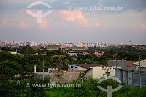 Casas na margem da rodovia SP-304 com a cidade de  Piracicaba ao fundo   - Piracicaba - São Paulo (SP) - Brasil
