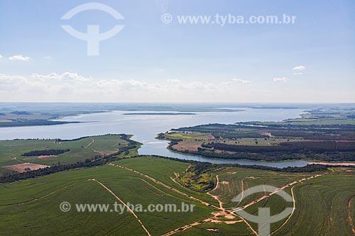 Vista de drone de mata ciliar remanescente na margem do Ribeirão da Onça, afluente do rio Tietê, e reservatório da Usina Hidrelétrica de Barra Bonita  - Mineiros do Tietê - São Paulo (SP) - Brasil