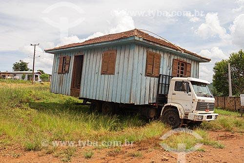 Casa de madeira sendo transportada em caminhão  - Campo Erê - Santa Catarina (SC) - Brasil