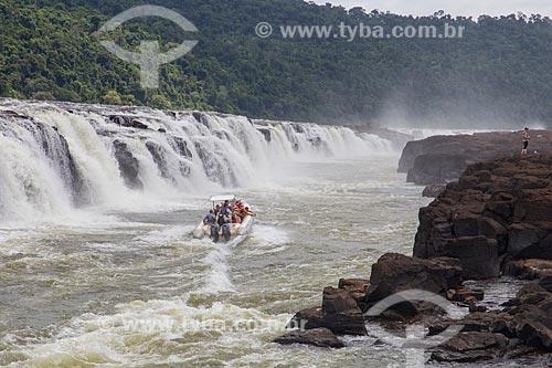 Barco transportando turistas até o Salto do Yucumã no Rio Uruguai, maior cachoeira longitudinal do mundo  - Derrubadas - Rio Grande do Sul (RS) - Brasil
