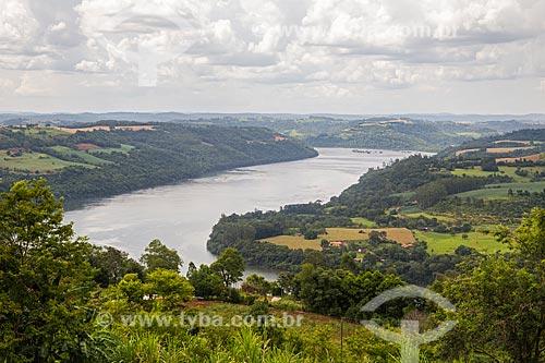 Vista do Rio Uruguai com pequenas propriedades rurais na margem - Divisa entre Santa Catarina e Rio Grande do Sul  - Barra do Guarita - Rio Grande do Sul (RS) - Brasil