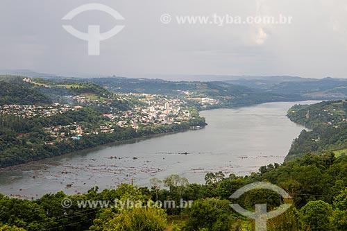 Vista do Rio Uruguai com a cidade de Itapiranga à esquerda - Divisa entre Santa Catarina e Rio Grande do Sul  - Barra do Guarita - Rio Grande do Sul (RS) - Brasil