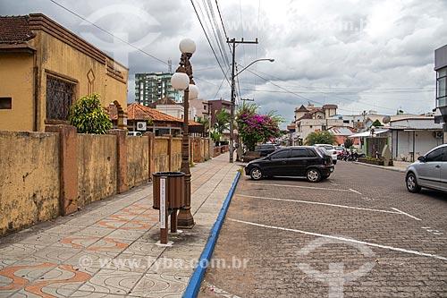 Rua Venâncio Aires com estacionamento para carros e calçada de pedestres  - Santiago - Rio Grande do Sul (RS) - Brasil