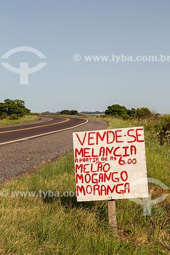 Placa anunciando venda de frutas na beira da rodovia BR-290  - Rosário do Sul - Rio Grande do Sul (RS) - Brasil