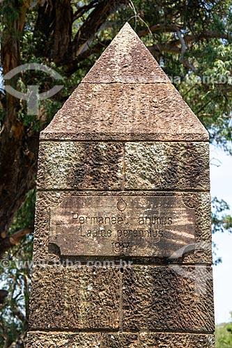 Pedra esculpida informando o nome da estância localizada no alto da Serra do Caverá - Área de Proteção Ambiental do Ibirapuitã  - Alegrete - Rio Grande do Sul (RS) - Brasil