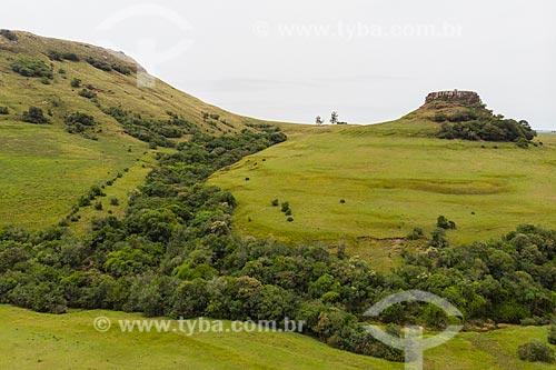 Foto feita com drone do Cerro Torneado e paisagem de coxilhas dos campos sulinos  - Rosário do Sul - Rio Grande do Sul (RS) - Brasil