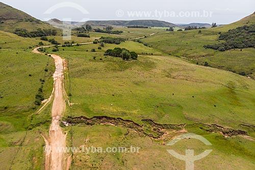 Foto feita com drone de processo de erosão nos campos sulinos com Serra do Caverá ao fundo  - Rosário do Sul - Rio Grande do Sul (RS) - Brasil