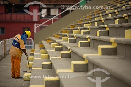 Operário preparando o Sambódromo da Marquês de Sapucaí (1984) para o carnaval  - Rio de Janeiro - Rio de Janeiro (RJ) - Brasil