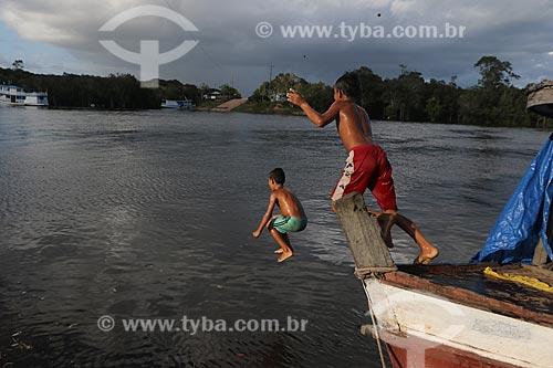 Crianças ribeirinhas brincando no rio  - Borba - Amazonas (AM) - Brasil