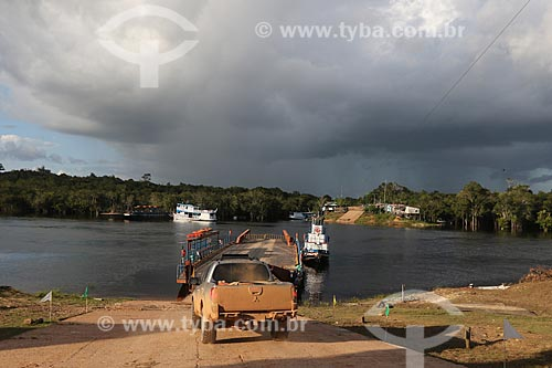 Carros fazendo travessia de rio em balsa - Reserva de Desenvolvimento Sustentável Igapó-Açu  - Borba - Amazonas (AM) - Brasil