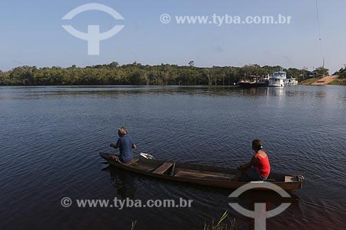 Ribeirinhos em canoa no rio - Reserva de Desenvolvimento Sustentável Igapó-Açu  - Borba - Amazonas (AM) - Brasil