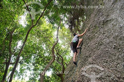 Homem escalando rocha em meio a floresta  - Rio de Janeiro - Rio de Janeiro (RJ) - Brasil