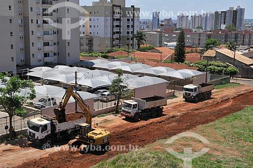 Retirada de terra com retroescavadeira em rua que vai ser pavimentada  - São José do Rio Preto - São Paulo (SP) - Brasil