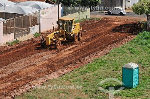 Motoniveladora trabalhando em rua que vai ser pavimentada  - São José do Rio Preto - São Paulo (SP) - Brasil