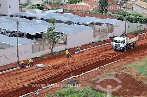 Operários trabalhando na colocação de meio fio em rua que vai ser pavimentada  - São José do Rio Preto - São Paulo (SP) - Brasil