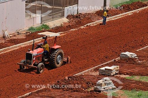 Trator trabalha no preparo de solo em rua que vai ser pavimentada  - São José do Rio Preto - São Paulo (SP) - Brasil