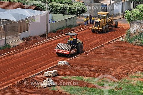 Máquina trabalha na compactação do solo de rua que vai ser pavimentada  - São José do Rio Preto - São Paulo (SP) - Brasil