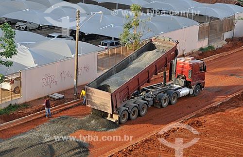 Caminhão basculante descarrega pedra em rua que vai ser pavimentada  - São José do Rio Preto - São Paulo (SP) - Brasil