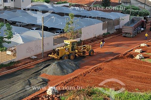 Motoniveladora espalhando pedra brita em rua que vai ser pavimentada  - São José do Rio Preto - São Paulo (SP) - Brasil