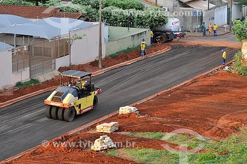 Rolo compactador trabalhando em rua que vai ser pavimentada  - São José do Rio Preto - São Paulo (SP) - Brasil