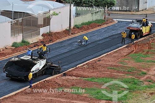 Vibro Acabadora de asfalto em rua que está sendo pavimentada  - São José do Rio Preto - São Paulo (SP) - Brasil