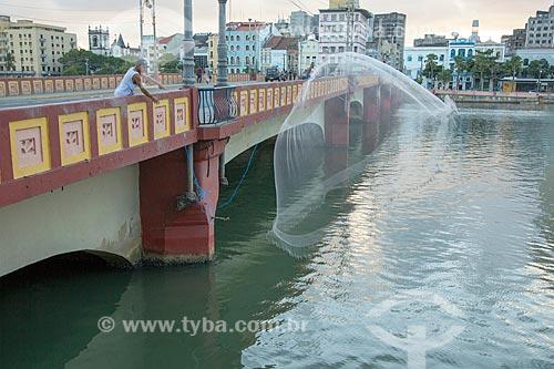 Pescador na Ponte Maurício de Nassau  - Recife - Pernambuco (PE) - Brasil