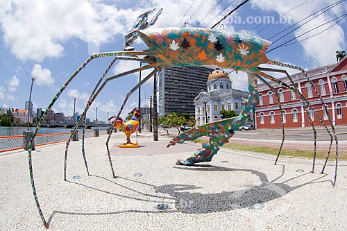 Escultura Carne da minha perna (2005) e Rua da Aurora decorada para o carnaval  - Recife - Pernambuco (PE) - Brasil