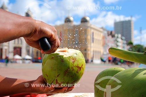 Vendedor abrindo coco na Praça do Marco Zero  - Recife - Pernambuco (PE) - Brasil