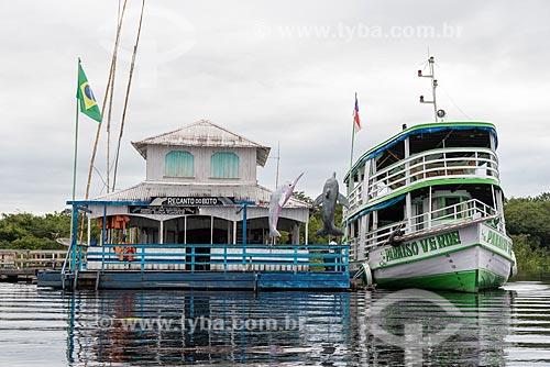 Barco atracado no Rio Negro próximo a casa flutuante  - Manaus - Amazonas (AM) - Brasil