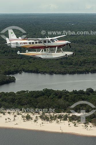 Hidroavião voando sobre a floresta amazônica  - Amazonas (AM) - Brasil