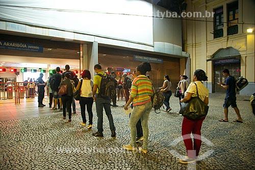 Bloqueio policial na estação Praça XV das barcas causa filas devido a checagem de documentos para comprovação de moradia em Niterói - Crise do Coronavírus  - Rio de Janeiro - Rio de Janeiro (RJ) - Brasil