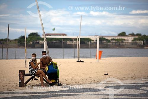 Pessoas usando máscara na orla da Praia de Copacabana - Crise do Coronavírus  - Rio de Janeiro - Rio de Janeiro (RJ) - Brasil
