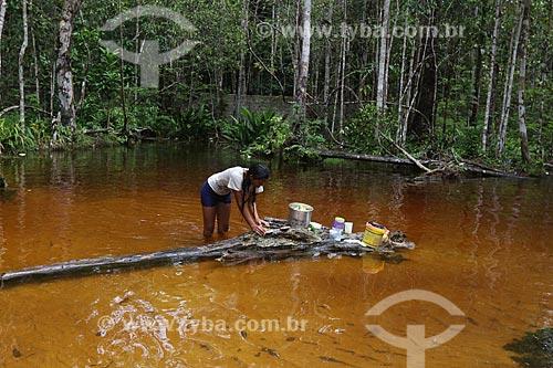 Mulher lavando panelas no igarapé Monte Horebe  - Manaus - Amazonas (AM) - Brasil