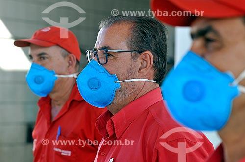 Frentistas trabalhando em posto de gasolina e usando máscara por causa da Crise do Coronavírus  - Mirassol - São Paulo (SP) - Brasil