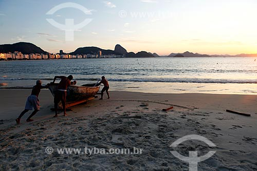 Pescadores levando barco para o mar na Praia de Copacabana durante a quarentena - Crise do Coronavírus  - Rio de Janeiro - Rio de Janeiro (RJ) - Brasil