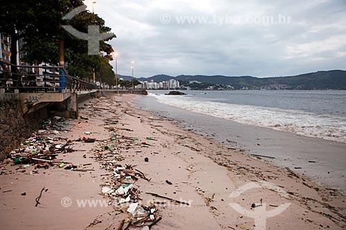 Praia das Flechas com muito lixo urbano e mar poluído durante a quarentena - Crise do Coronavírus  - Niterói - Rio de Janeiro (RJ) - Brasil