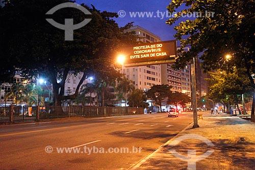 Placa de sinalização na Avenida Jornalista Alberto Francisco Torres com orientações no período de quarentena - Crise do Coronavírus  - Niterói - Rio de Janeiro (RJ) - Brasil