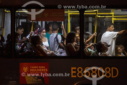 Passageiros na Estação Mato Alto do BRT durante a quarentena - Crise do Coronavírus  - Rio de Janeiro - Rio de Janeiro (RJ) - Brasil
