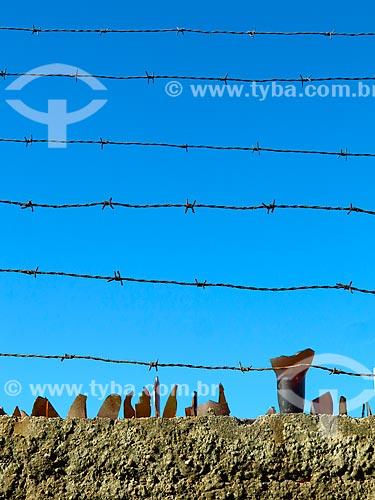 Muro com arame e cacos de vidro  - Cidreira - Rio Grande do Sul (RS) - Brasil