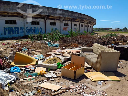 Lixo em terreno baldio próximo ao Estádio Antonio Braz Sessim  - Cidreira - Rio Grande do Sul (RS) - Brasil