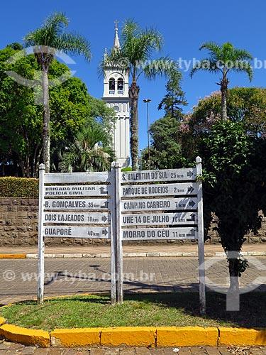 Placa com distâncias de Cotiporã e Igreja de Nossa Senhora da Saúde ao fundo  - Cotiporã - Rio Grande do Sul (RS) - Brasil