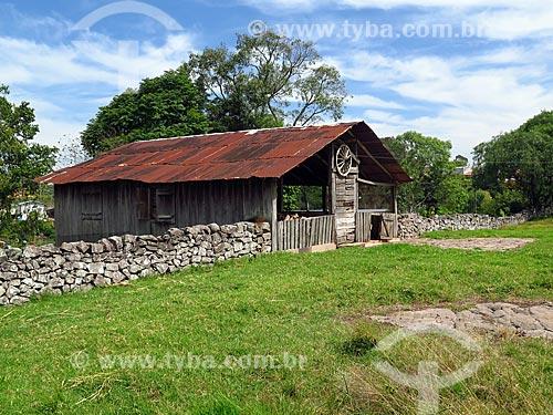 Muro de taipa na zona rural da cidade de Cotiporã  - Cotiporã - Rio Grande do Sul (RS) - Brasil