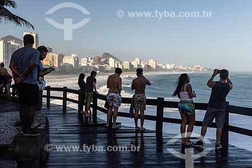 Pessoas observam ressaca do Mirante do Leblon  - Rio de Janeiro - Rio de Janeiro (RJ) - Brasil