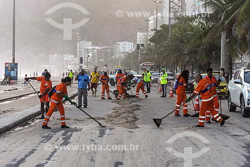 Funcionários da COMLURB limpado a orla da Praia do Leblon após ressaca  - Rio de Janeiro - Rio de Janeiro (RJ) - Brasil