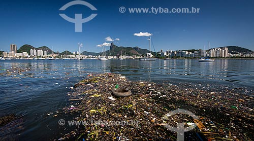 Lixo flutuando na Baía de Guanabara  - Rio de Janeiro - Rio de Janeiro (RJ) - Brasil