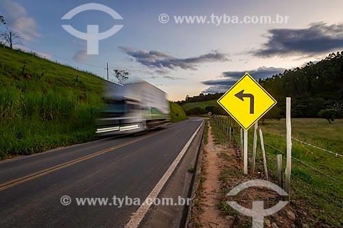 Placa de sinalização em trecho da Rodovia MG-353  - Guarani - Minas Gerais (MG) - Brasil